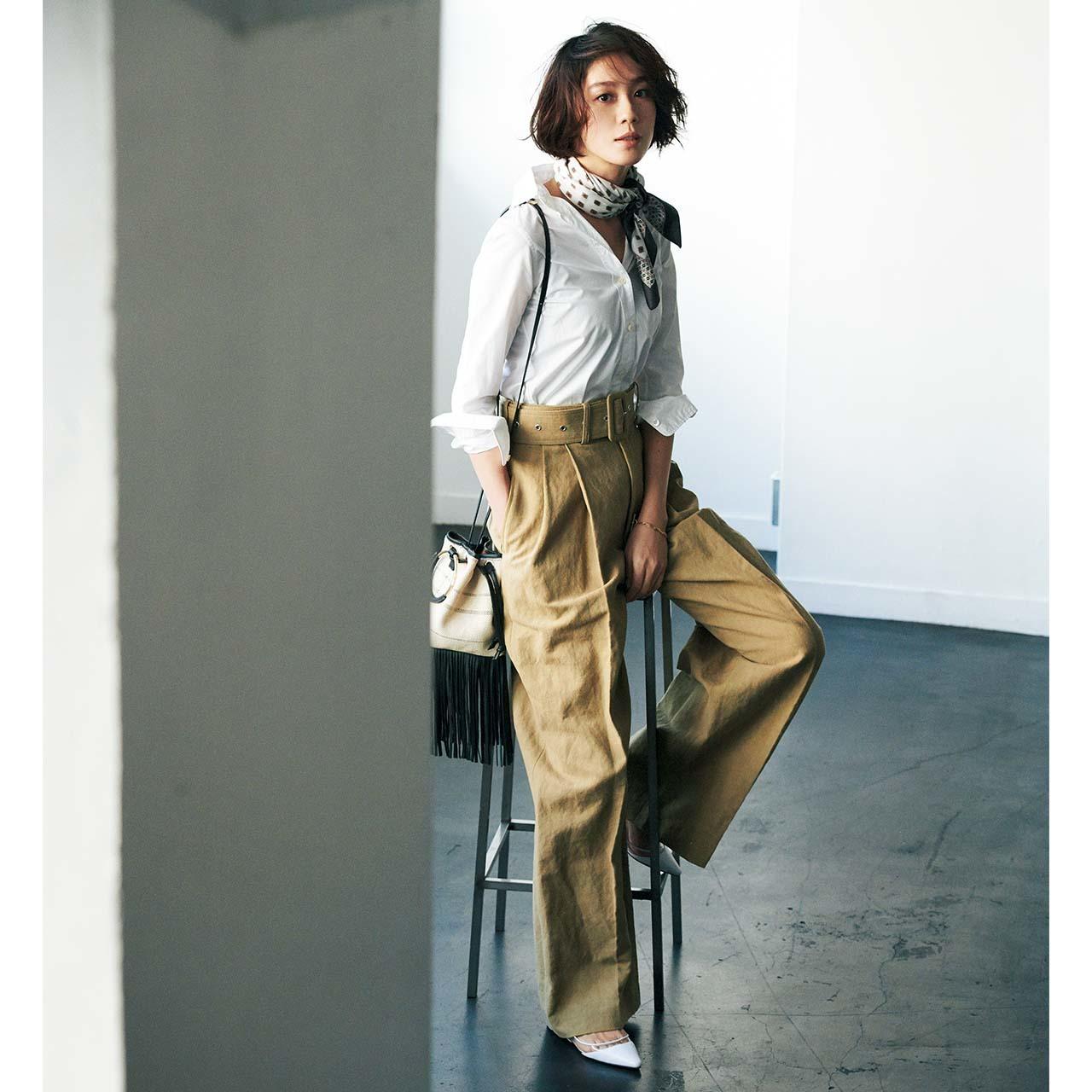 スカーフ×シャツ×パンツコーデを着たモデルの竹内友梨さん