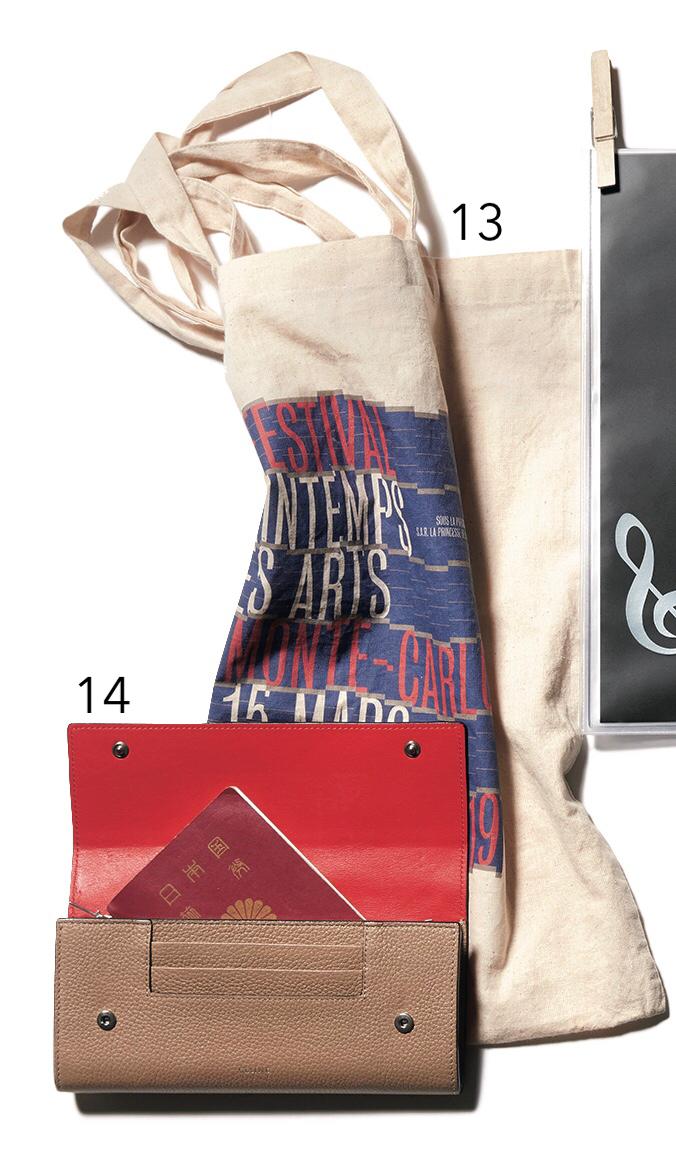 エコバッグ。「ヨ ーロッパの音楽祭でいただきました」 セリーヌの長財布とパスポート。「日本円とユーロとパスポートが、すっぽり入るこのサイズを重宝。 3 ~ 4 年愛用中」