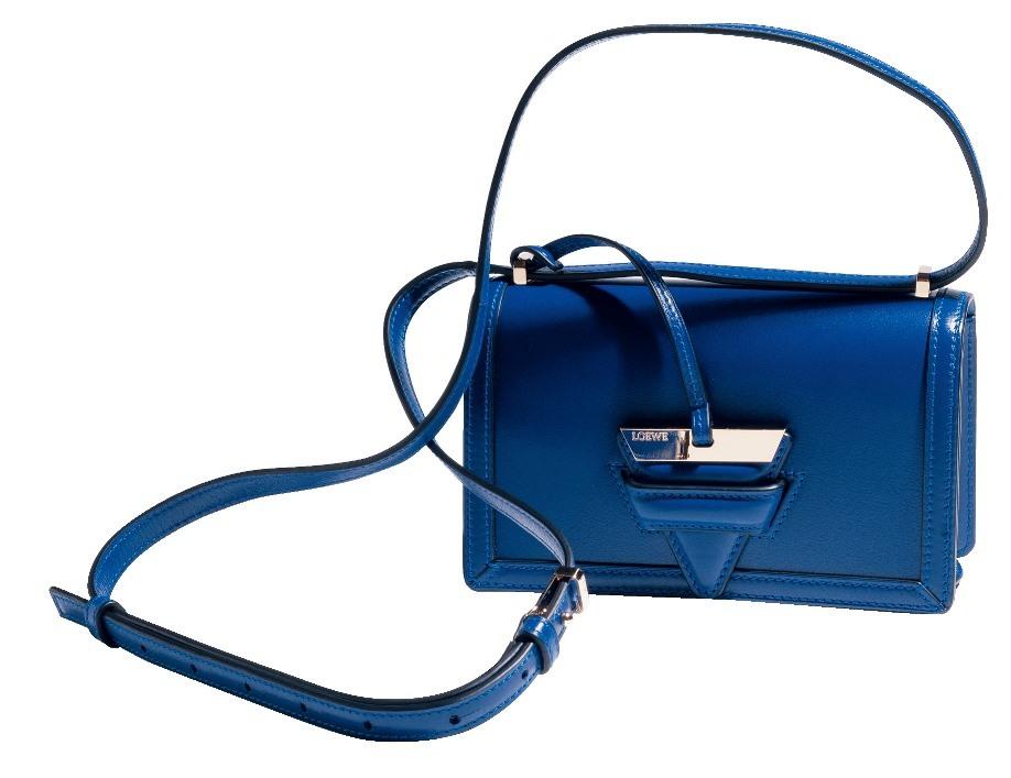 ロエベのスモールバッグで着こなしにスパイスを_1_1