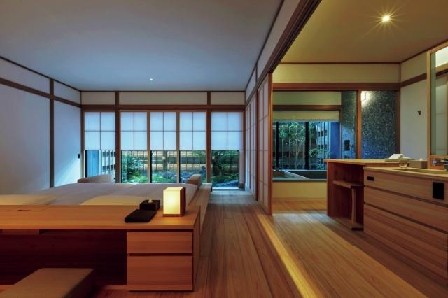 檜の心地よい香りに包まれる清廉な客室には、個別に設計された坪庭やテラスが備わる