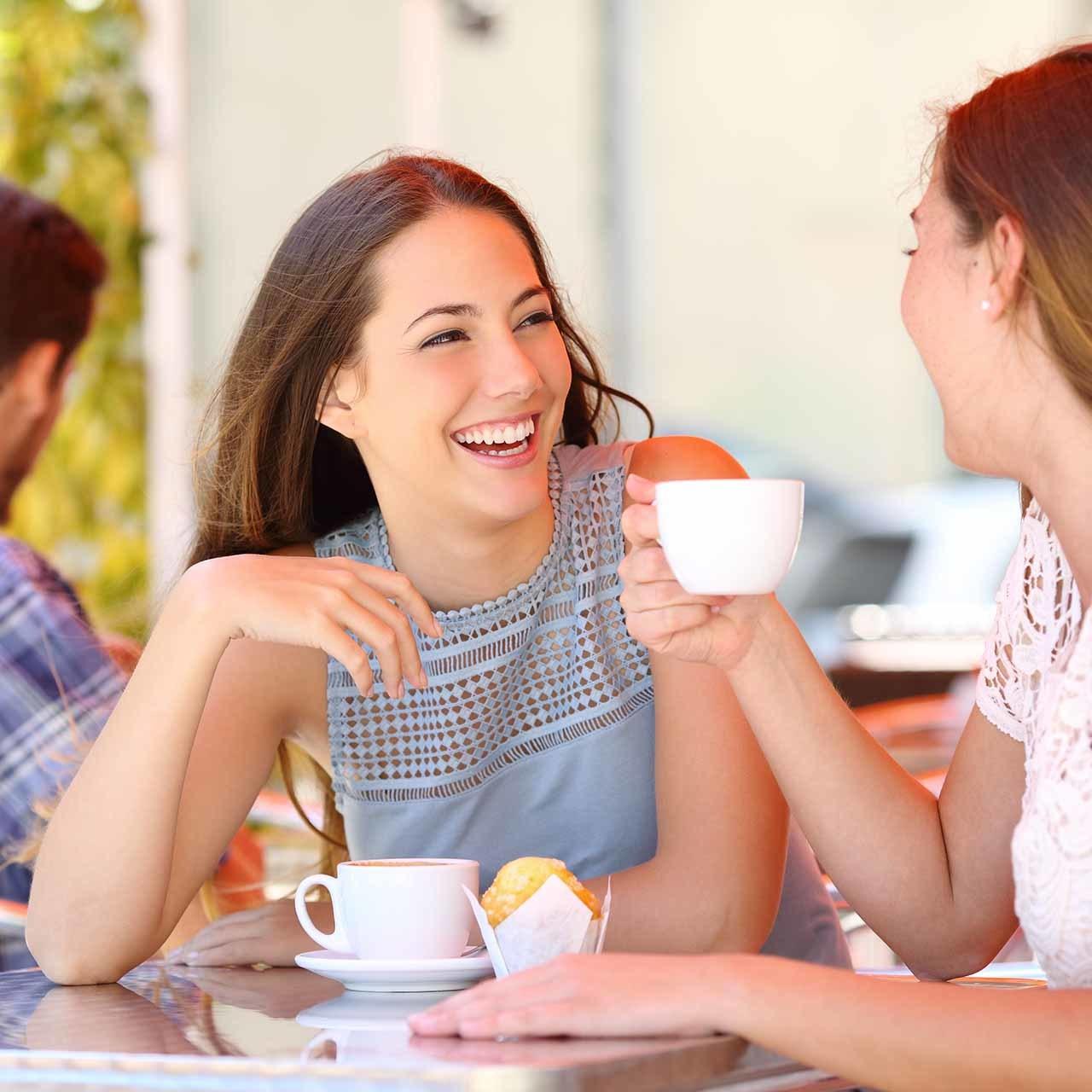 女友達と話す笑顔が美しい女性