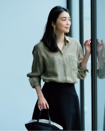 ほんのり透けるリネン素材が女らしさをアップさせるベージュシャツ