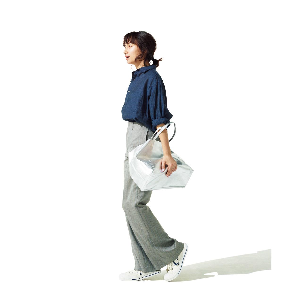 白スニーカーの足元でカジュアルかつ軽やかにまとめつつ、ゆったりシルエットのシャツで程よい女らしさをプラス。