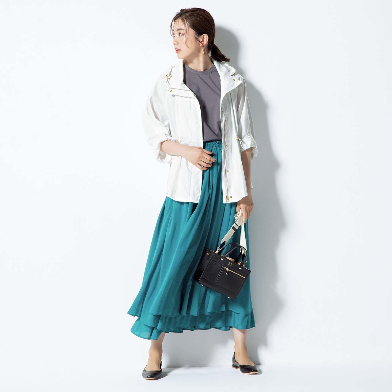 ブルゾン×ロングスカートコーデを着たモデルの高垣麗子さん