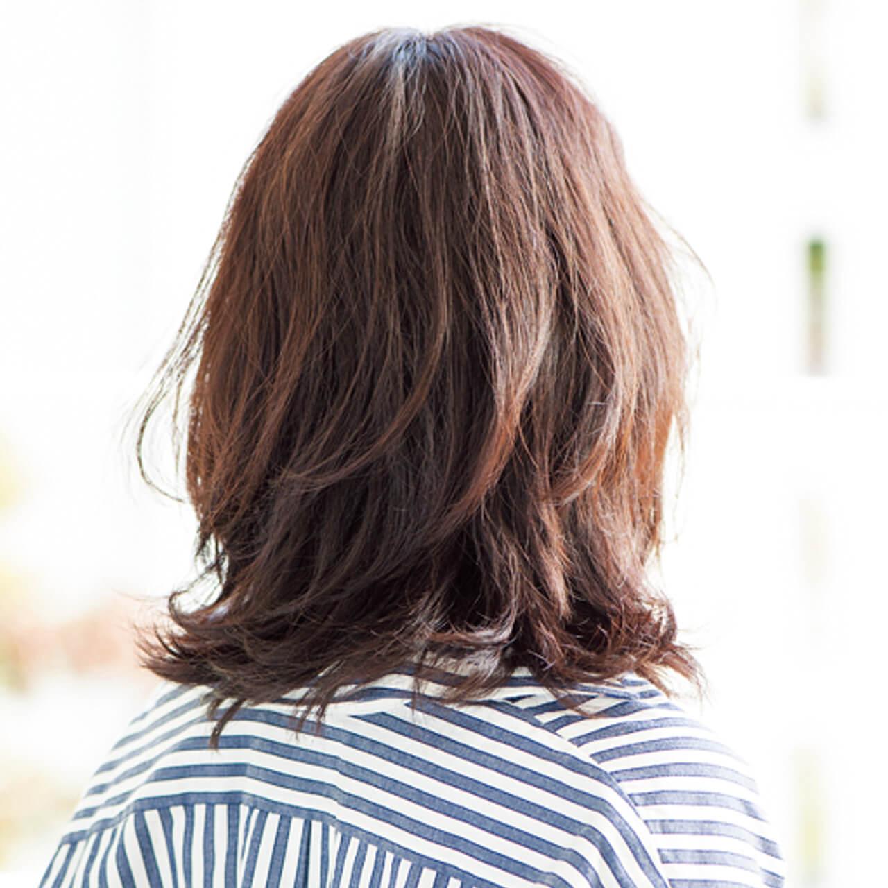 髪の多さも軽減してくれる、くびれフォルムのミディアムヘア【40代のミディアムヘア】_1_3