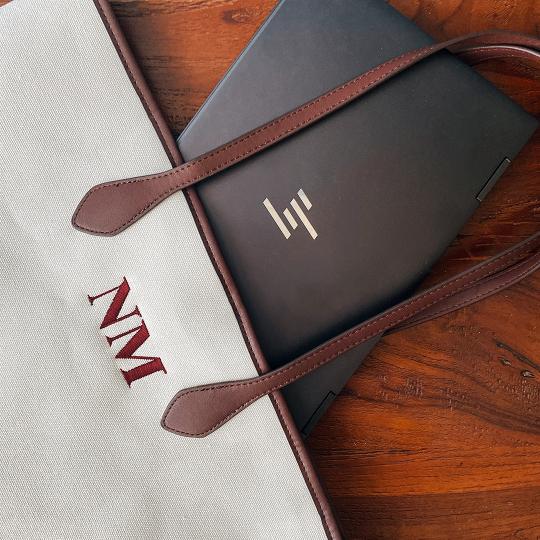 オリジナルの刺しゅうができる【ZARA】のパーソナライズ キャンバス トートバッグは、PCも余裕で入るサイズ