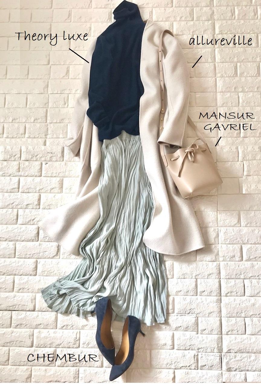 センスオブプレイスのスカートと白コートを合わせたコーデ