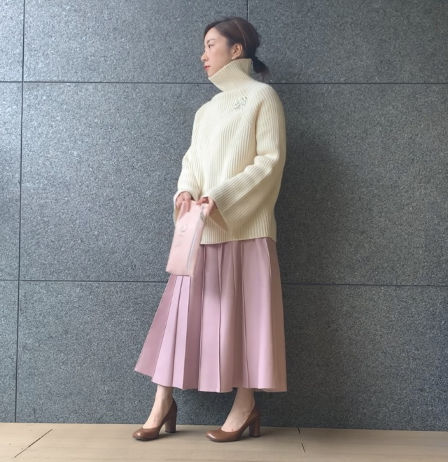 白×「ミルキーなきれい色」配色 ニットの形で雰囲気が変わる_1_1