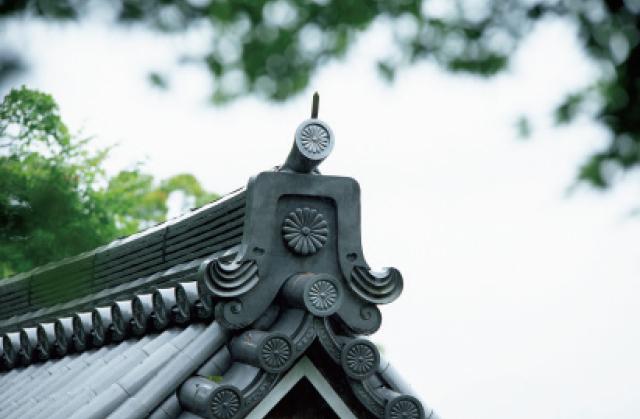 宮門跡だったことを語る菊の紋章が鬼瓦に見られる