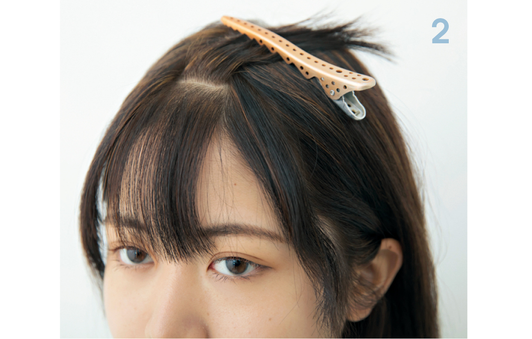 必ず、前髪を分けてカット!  内&外側で前髪の長さを少し変えるので、必ずカットする前に上下の2段にブロッキングをして。