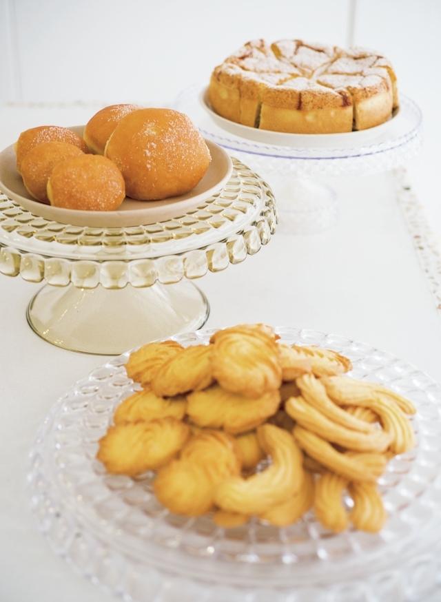 手前から「フロッリーニ」シンプルなバタークッキー。1枚¥150。「ボンボローニ」リコッタチーズクリームとカスタードクリームを選べる揚げドーナツ。大¥530、小¥350