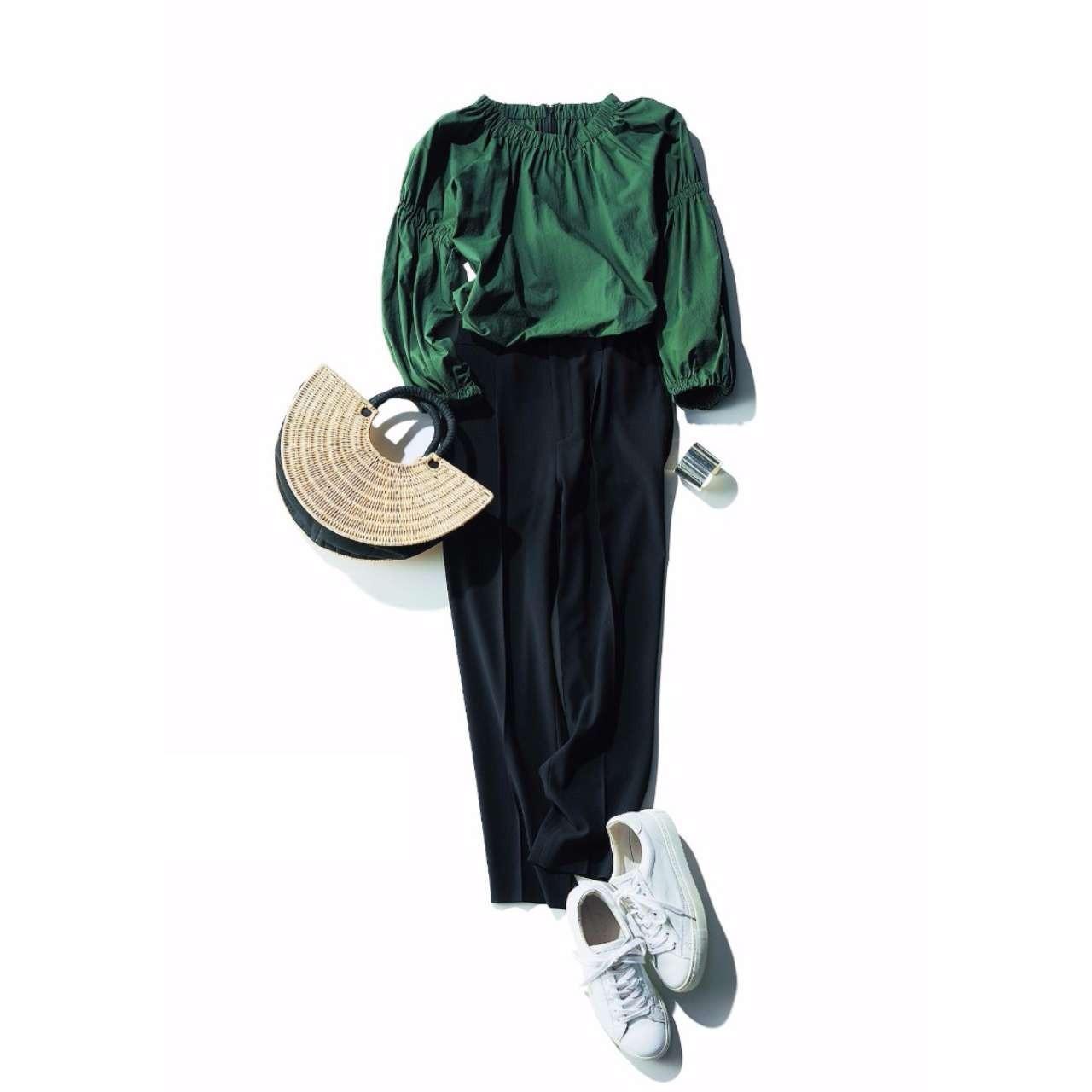 グリーンブラウス×黒パンツのファッションコーデ