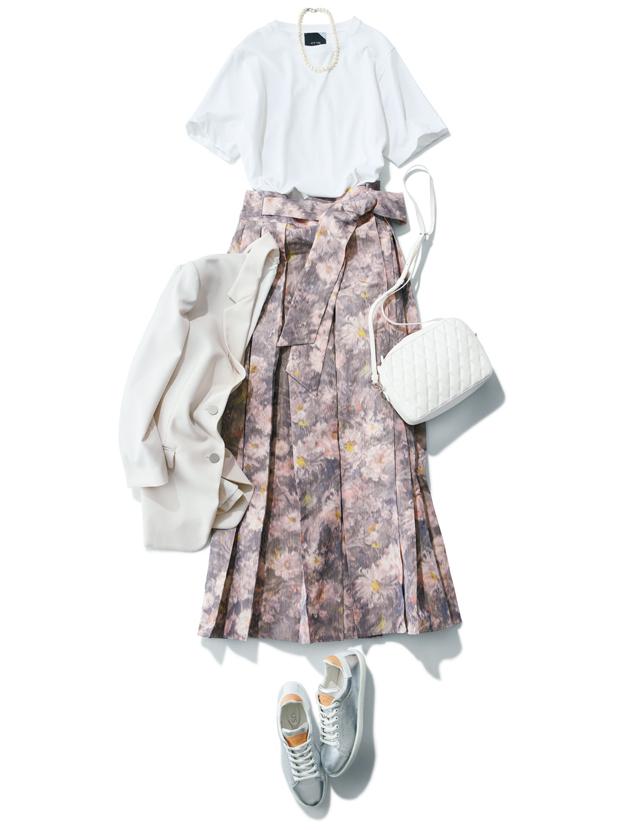華やかなプリーツスカートとシルバースニーカーのコーデ