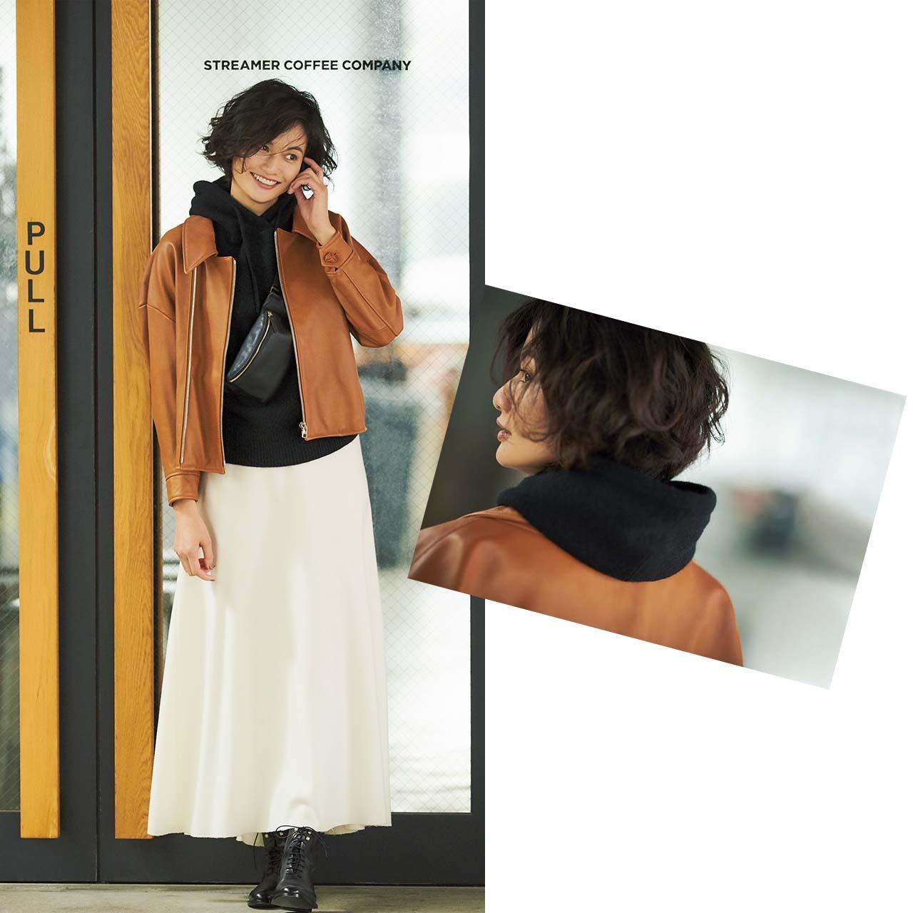レザージャケット×スカート×フーディコーデを着たモデルの渡辺佳子さん