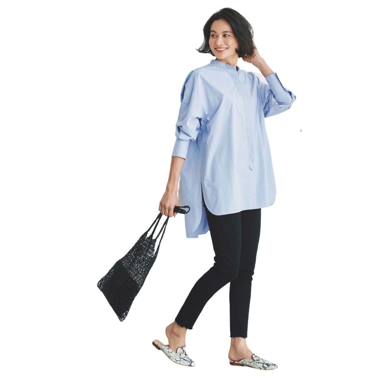■サックスブルーのチュニックシャツ×黒パンツコーデ