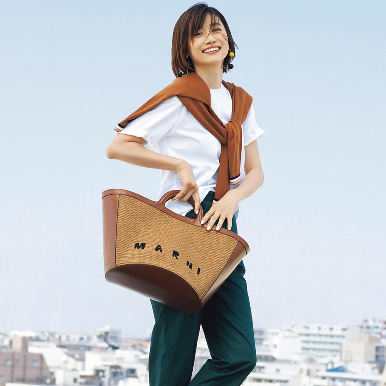 MARNI 相思相愛なTシャツ×ラフィアバッグ。開放感と都会的なムードを兼ね備えて