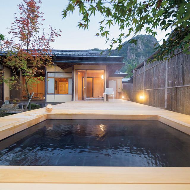 御船山を望む「佳松」の露天風呂。