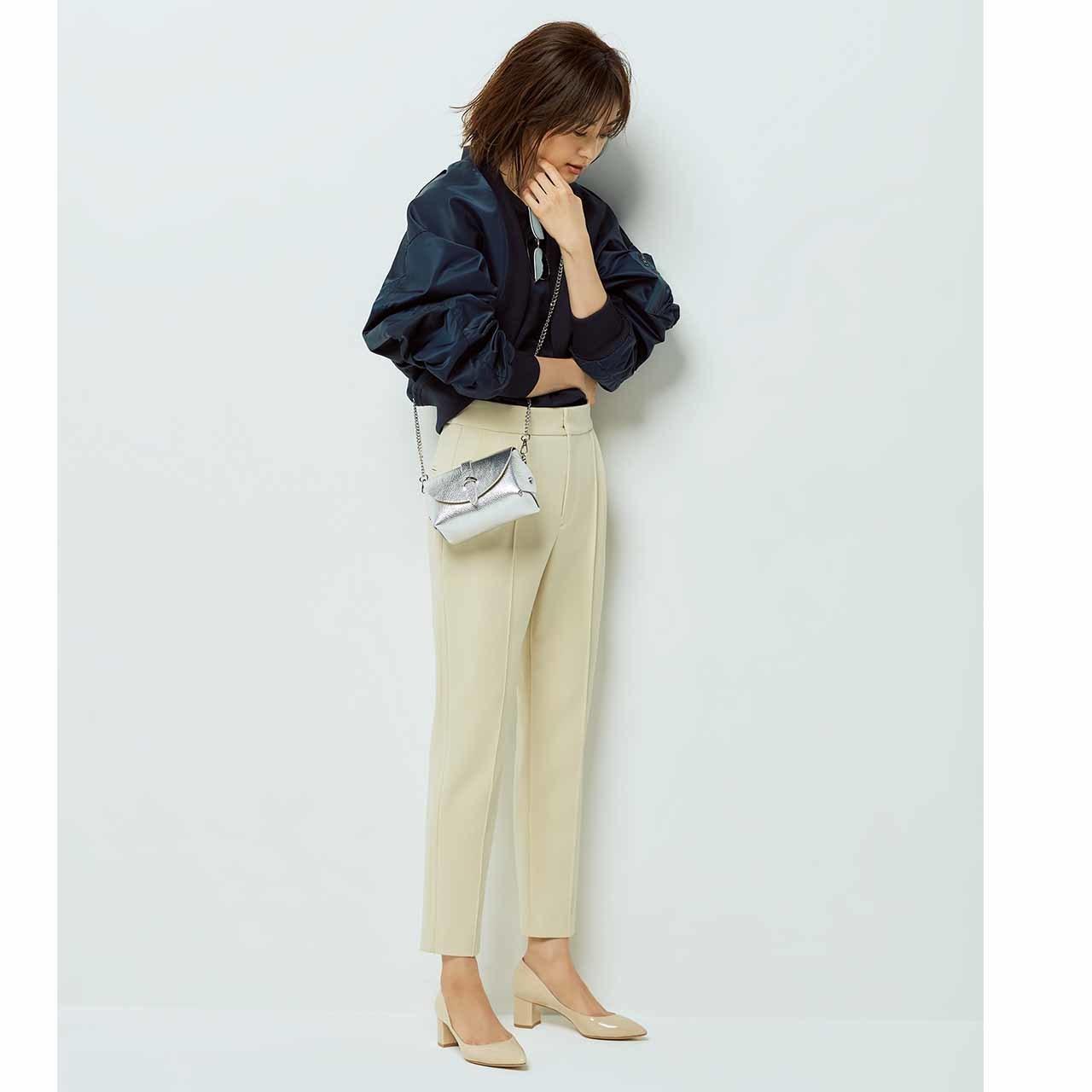 ネイビーのカジュアルジャケット×パンツコーデを着たモデルの高垣麗子さん