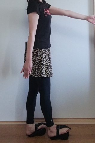 グーポを履いて歩く時の姿勢。かなりぎこちないです。