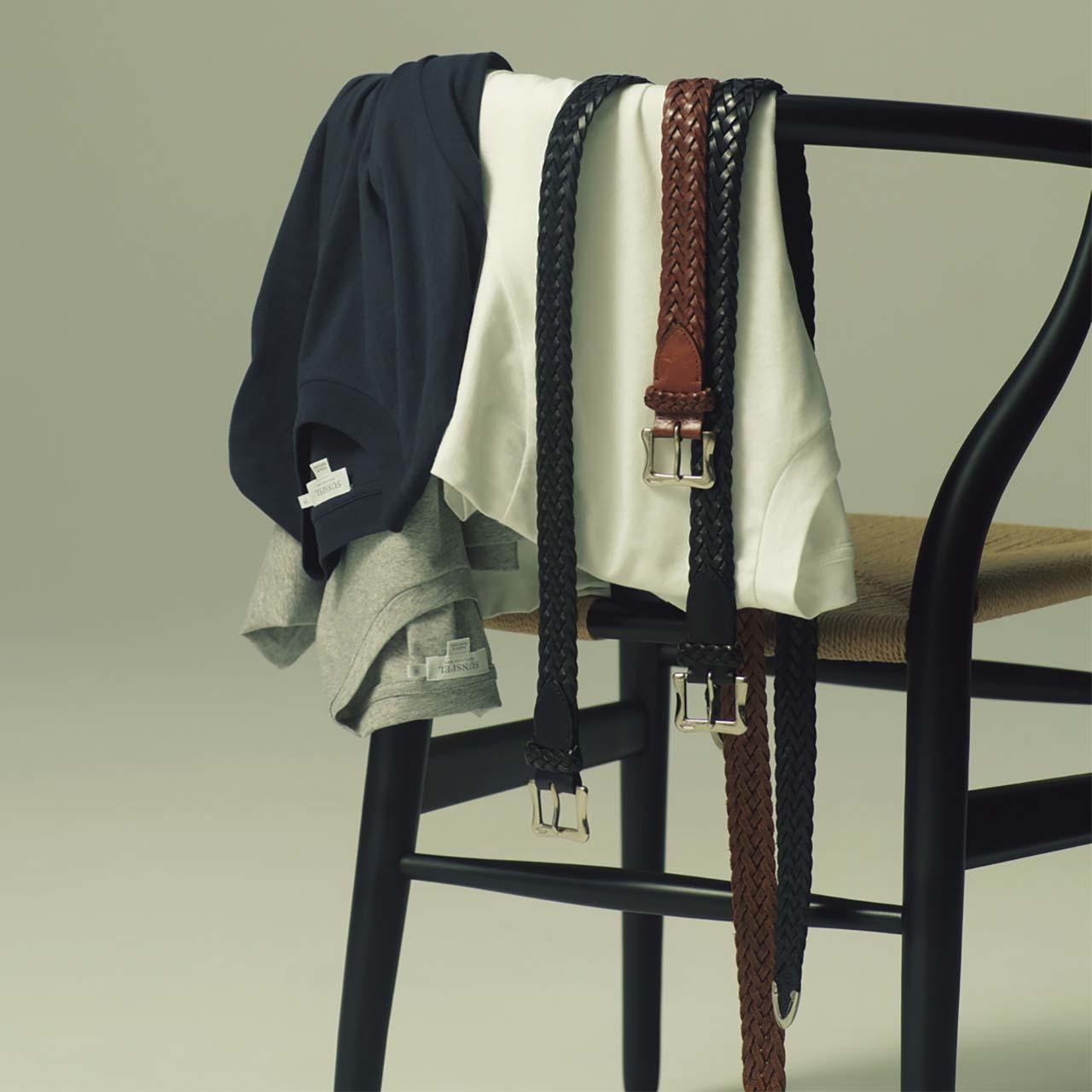 サンスペルのメンズTシャツとJ&M デヴィッドソンのベルト