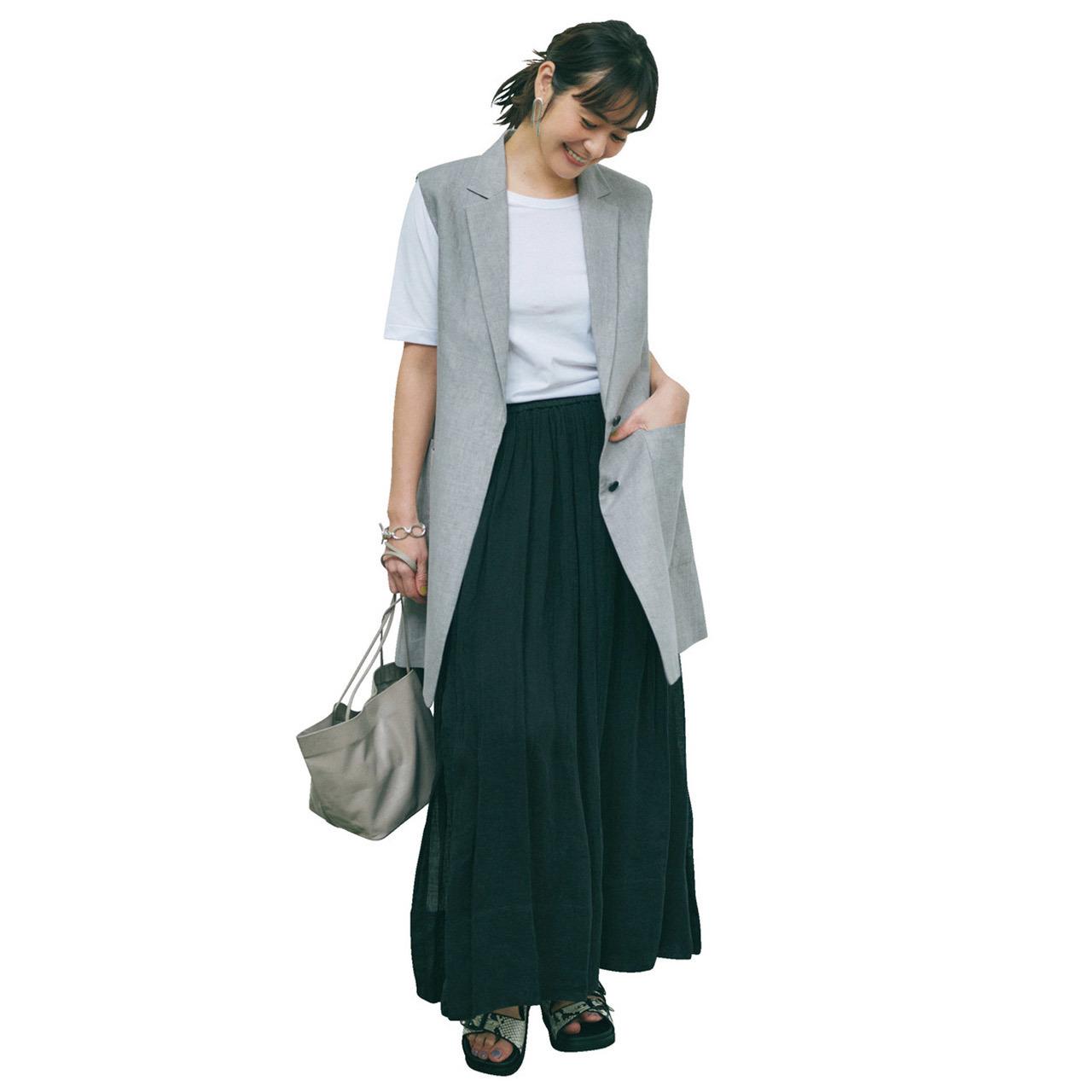白Tシャツ×ロングジレ×黒スカートコーデ