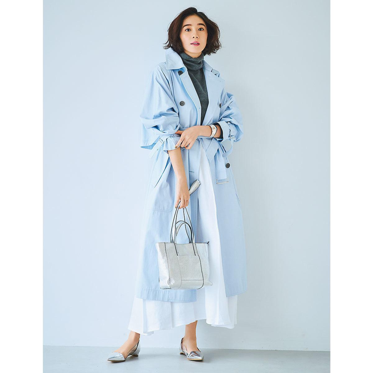 ペールブルーのトレンチコート×白のロングスカートコーデ