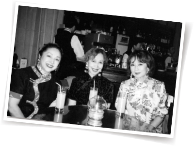 スペイン、台湾、上海などを旅した友人で俳優仲間、冨士眞奈美さん(左)と岸田今日子さん(中)。