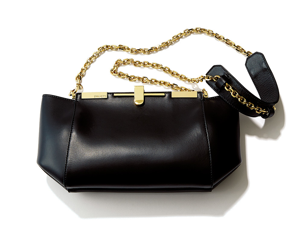チェーンバッグのシャープさでボリュームコートに女っぽさを_1_2