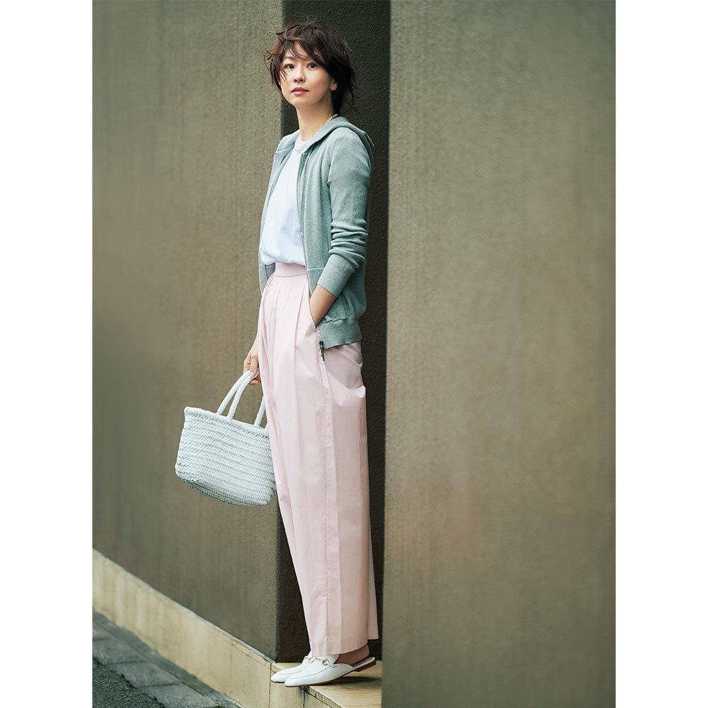 ピンクパンツ×パーカのファッションコーデ