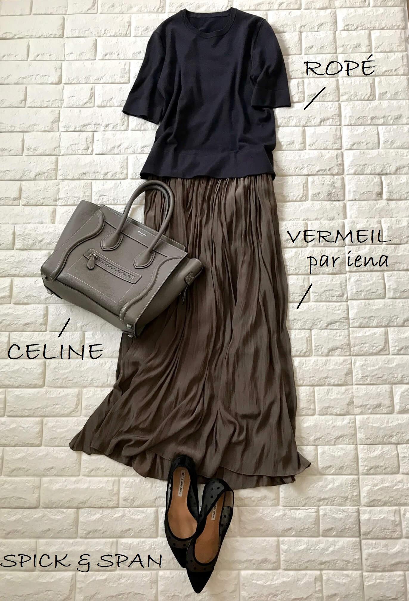 黒の半袖ニットにブラウンのスカートを合わせた秋色コーデ