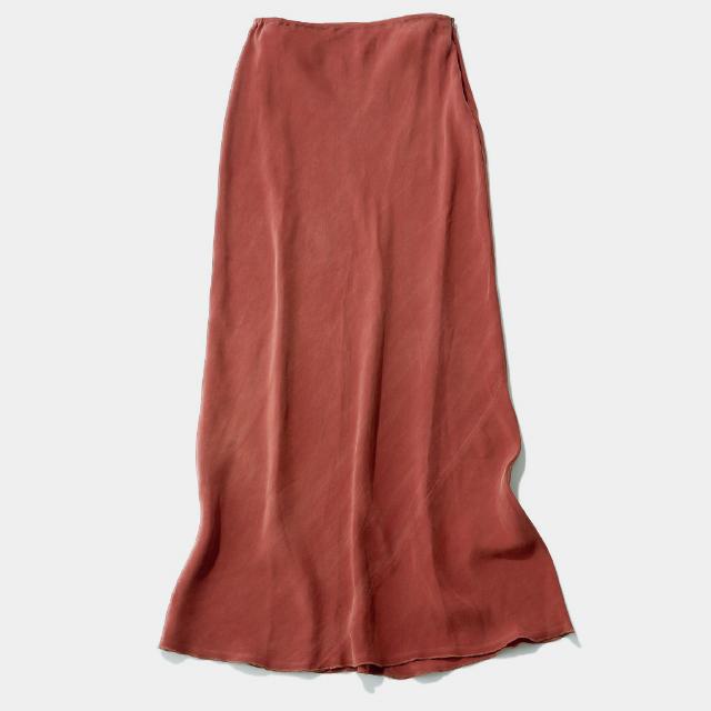 とろんと落ち感のあるサテンのスカート