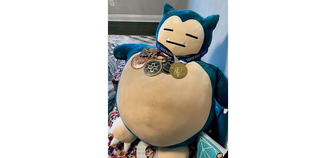 スケートボード堀米雄斗選手の東京オリンピックでの金メダルを掛けられたカビゴン。