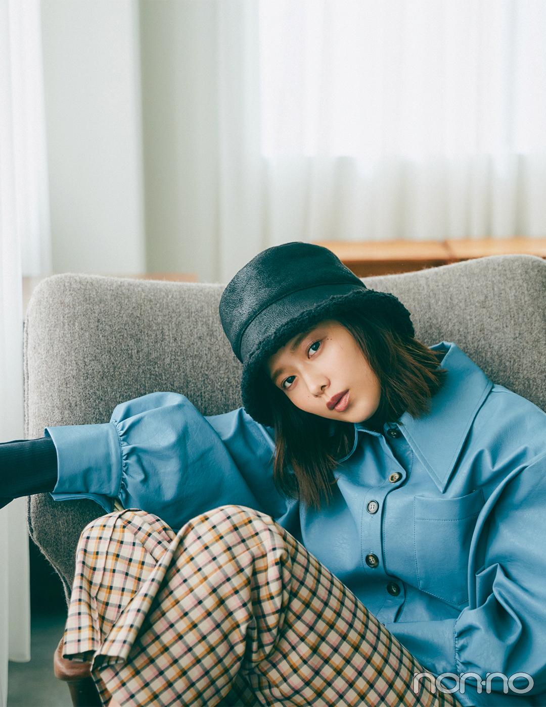 渡邉理佐ははっと目を惹くブルーのシャツで冬コーデをリフレッシュ【毎日コーデ】