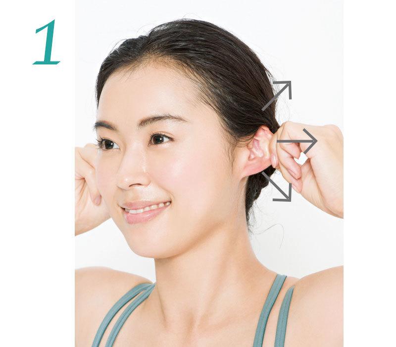 1. 左右の手で耳たぶ上部をつまみ上に引っぱり10秒キープ。つまむ位置を上から下にずらしていき同様に。1カ所1回。