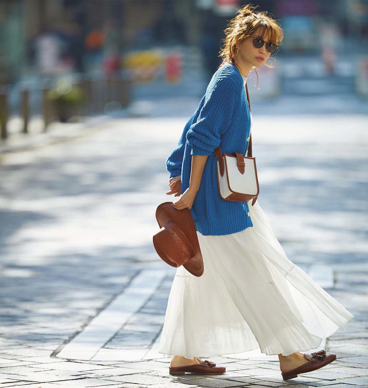 ブルーのニット×白のロングスカートコーデを着たモデルの蛯原友里さん