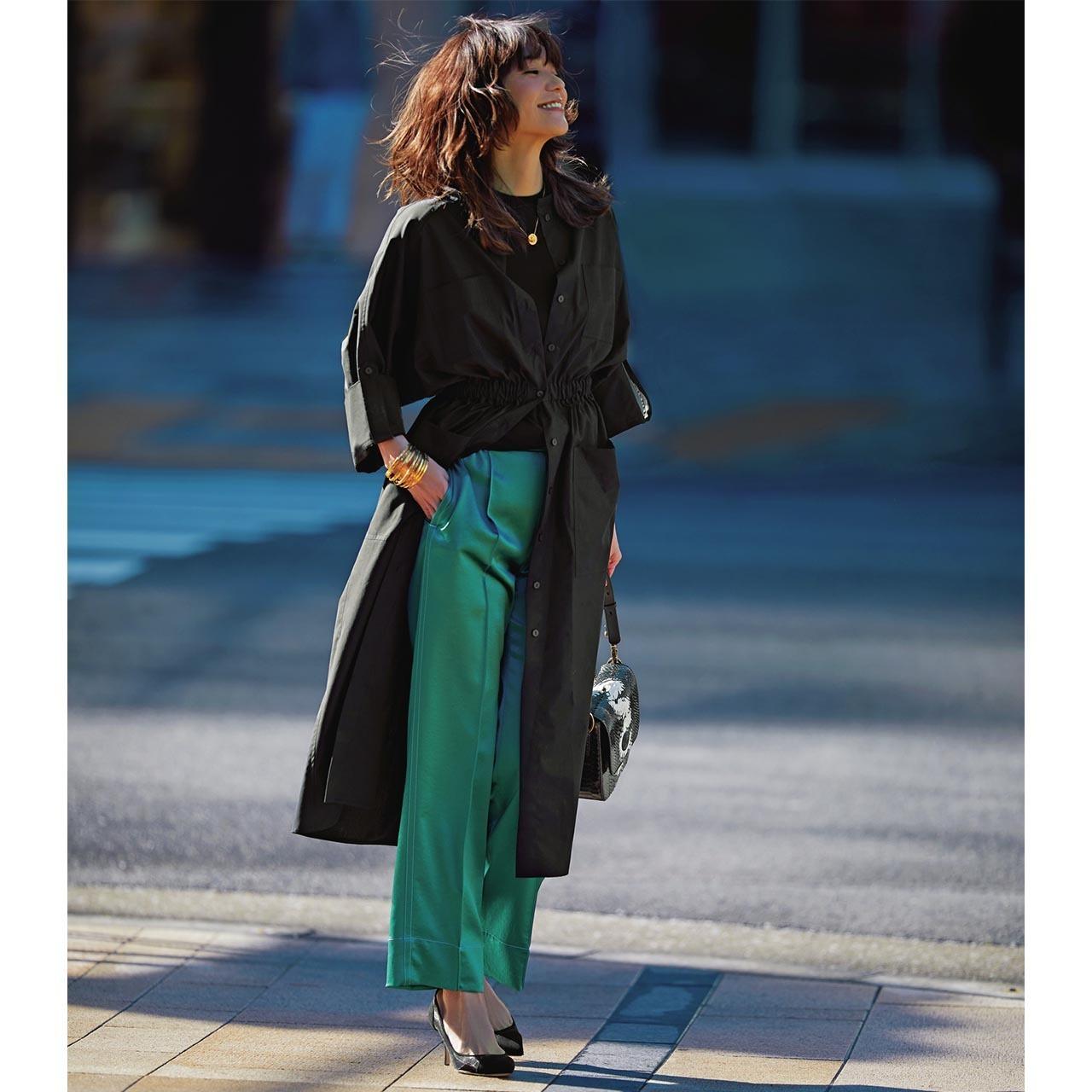 ■シャツワンピース×グリーンのツヤパンツ×パンプスコーデ