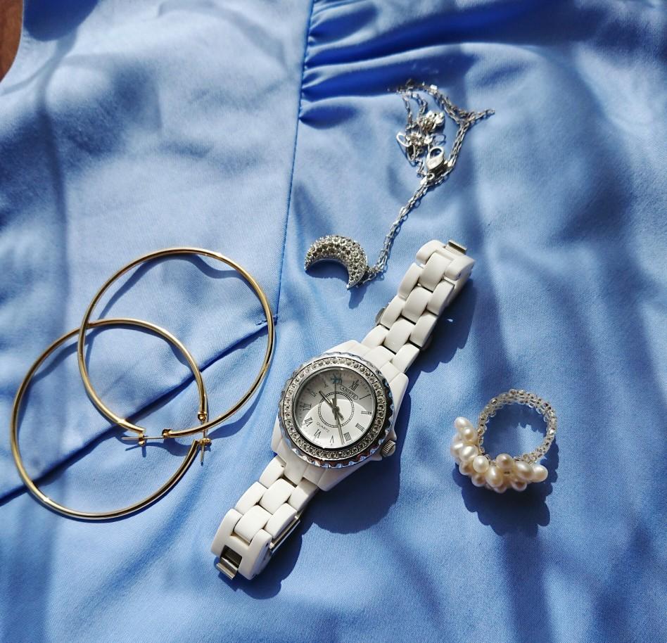 オフの時のアクセサリーは存在感ある物で気軽に楽しめる物を 時計、ネックレスABISTE