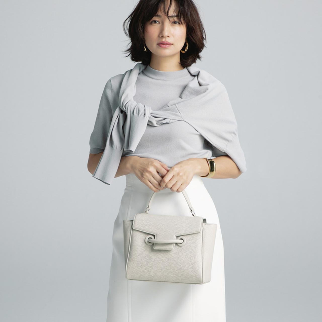 四角いバッグを持つモデルの佐田真由美さん