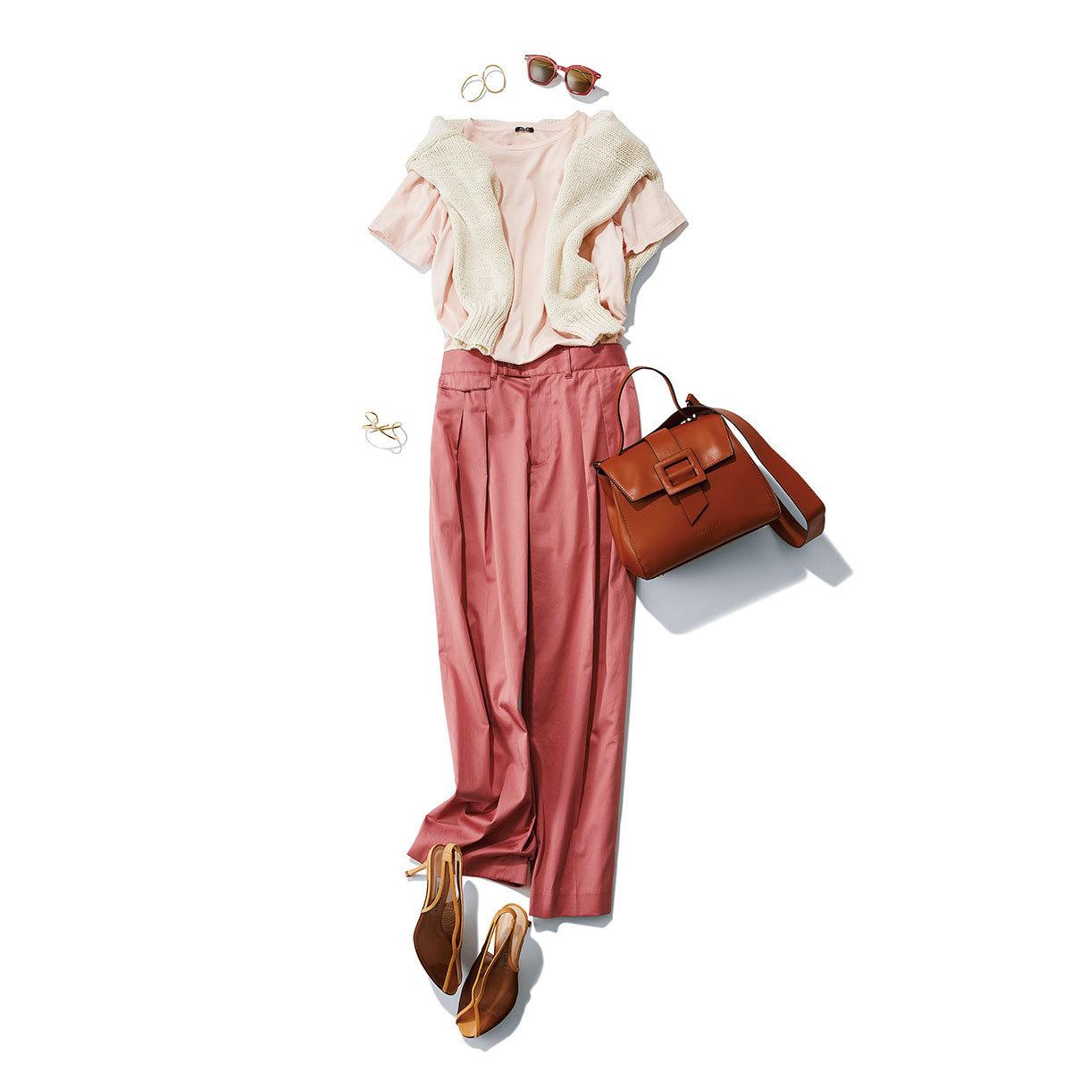 淡ピンクTシャツ×ピンクサテンパンツのきれいめファッションコーデ
