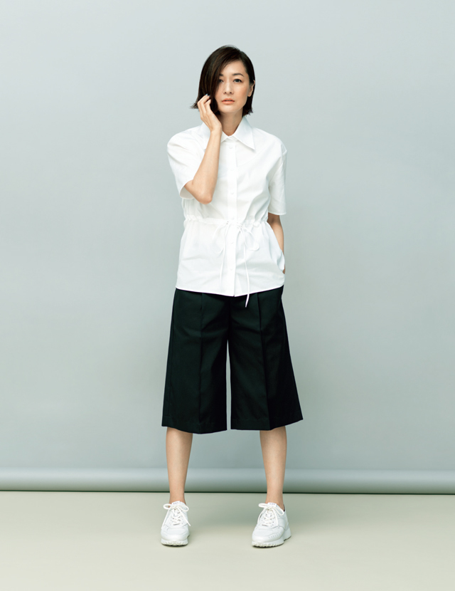 トッズのスニーカーを着用した富岡佳子