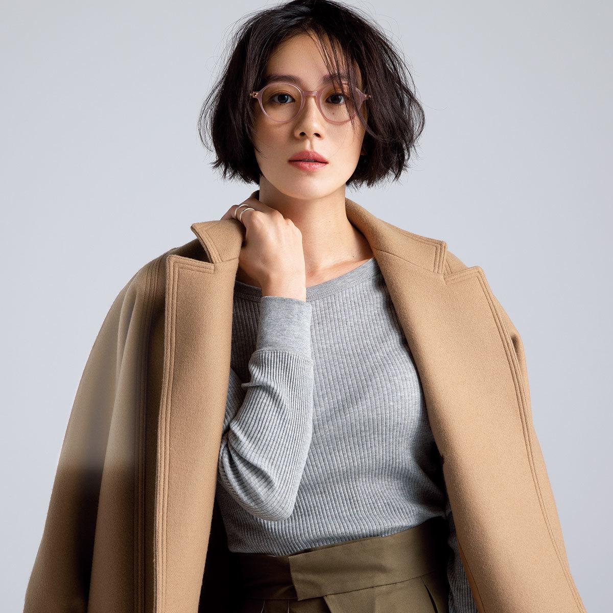 メガネ×ニット×コートを着たモデルの竹内友梨さん