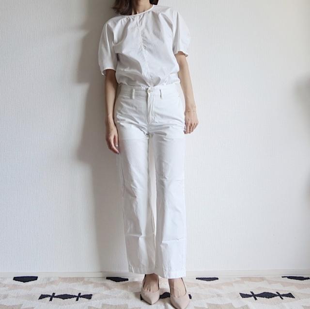 控えめなバルーン袖の白ブラウスは何かと使えて大人向け|大人カジュアル研究部_1_1