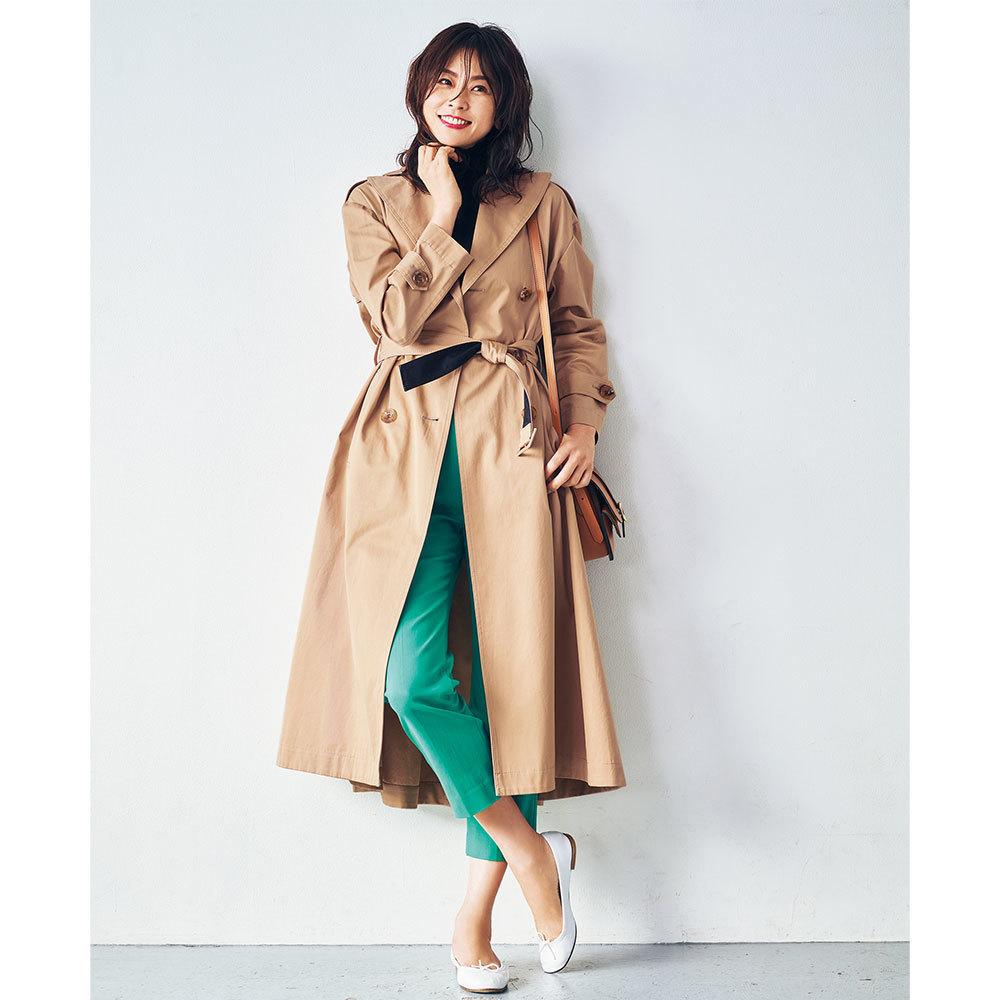 ベージュのトレンチコート×グリーンパンツ&白バレエシューズのファッションコーデ