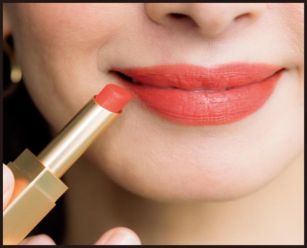 直塗りで唇の中心から輪郭に塗り広げる