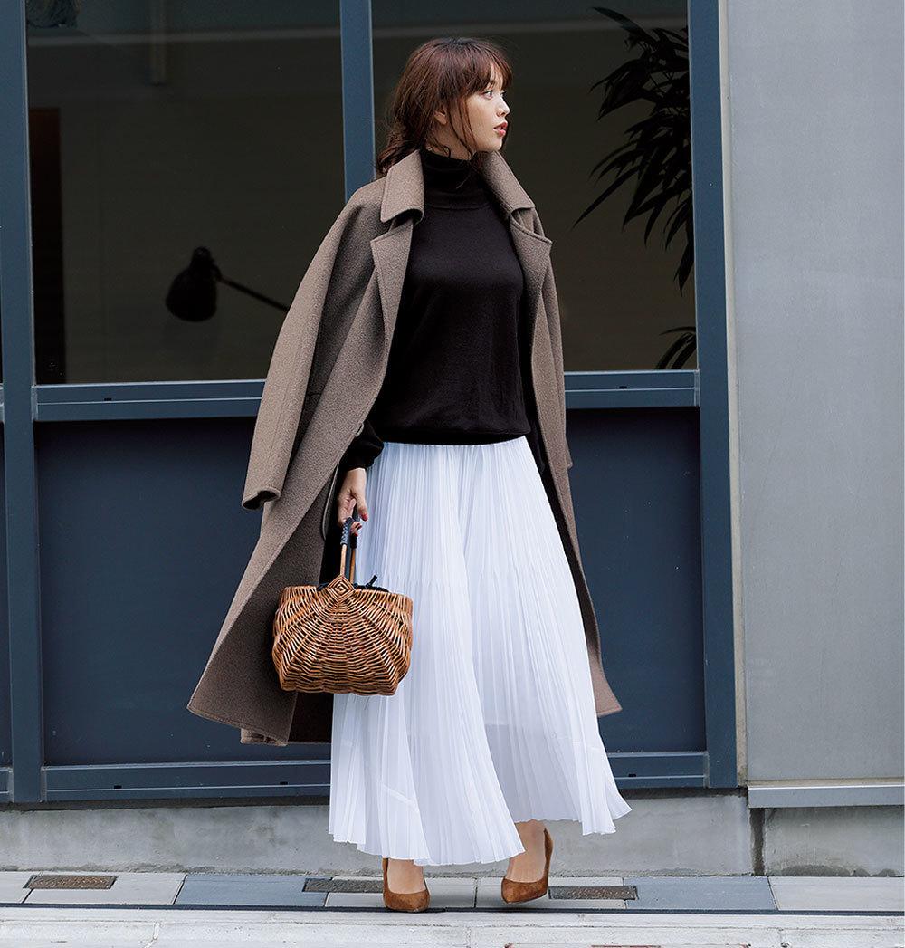 ブラウンニット×白のプリーツスカートコーデ