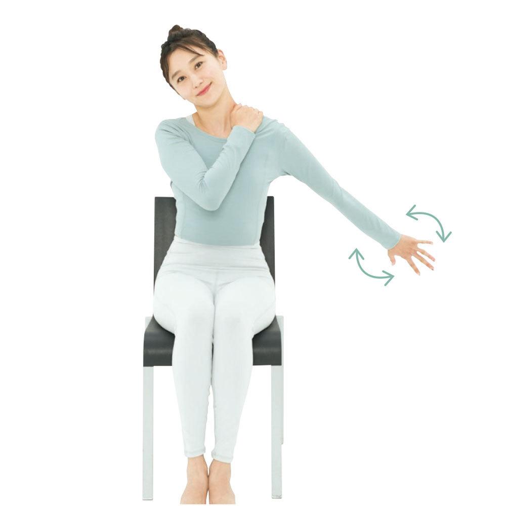 """そのままの状態で左腕を斜め下に伸ばし、左手を""""キラキラ星""""の動きのように前後にひねる。これを1分。反対側も行う。"""