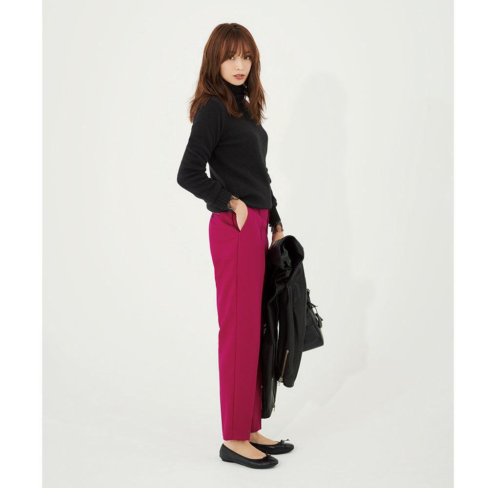 黒ニット×カラーパンツのファッションコーデ
