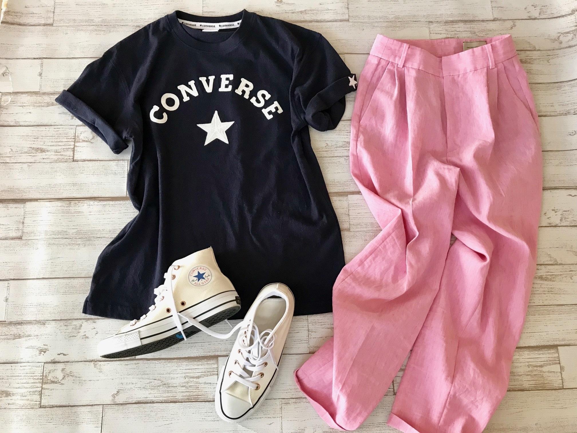 白コンバースのハイカットスニーカー×コンバースTシャツ&麻のピンクパンツコーデ