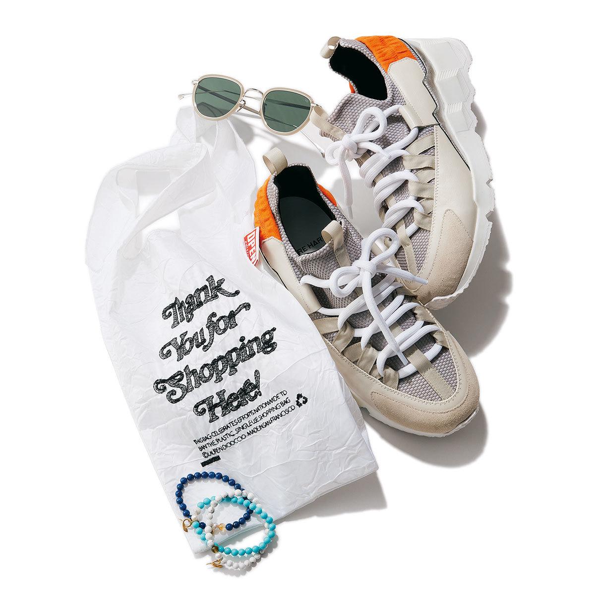 (上から時計回りに)靴¥79,200/ピエール アルディ 東京(ピエールアルディ) バッグ¥5,500/エスケーパーズオンライン(OPEN EDITIONS) ブレスレット各¥11,000/アルティーダ ウード サングラス¥52,800/アイヴァン 7285 トウキョウ(アイヴァン 7285)