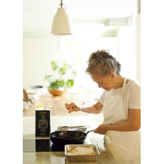 キッチンで肉を焼きつける有元葉子